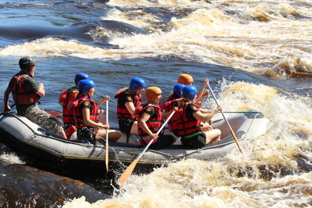 Kilapilujoukkue laskemassa koskea kumiveneellä Amazing Keski-Suomi 2021 -kesäkilpailussa