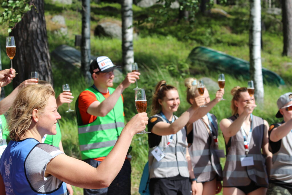 Kilpailijat nostamassa maljaa Amazin Keski-Suomi 2021 -kesäkilpailun päätteeksi