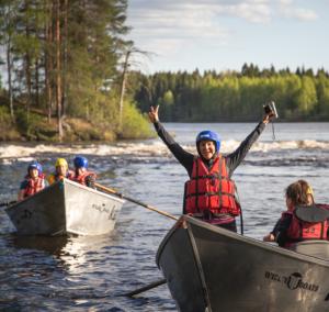 Kuvassa nainen tuulettaa veneessä (kuvituskuva).