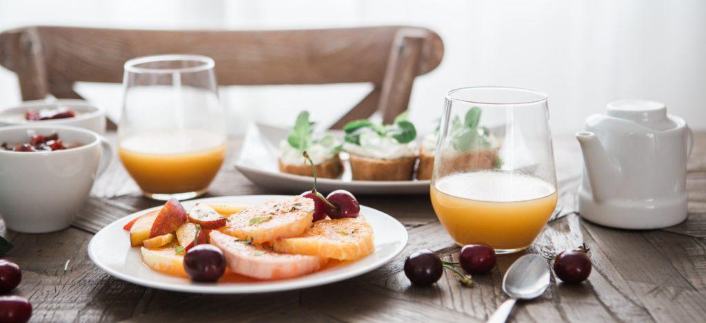 Aamupalaa pöydällä
